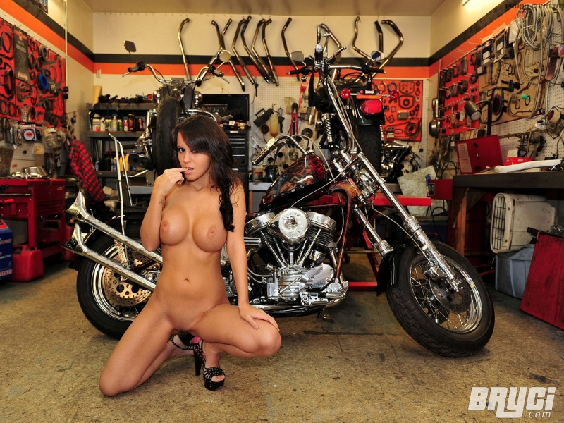 naked_bryci_and_custom_bike-800x600