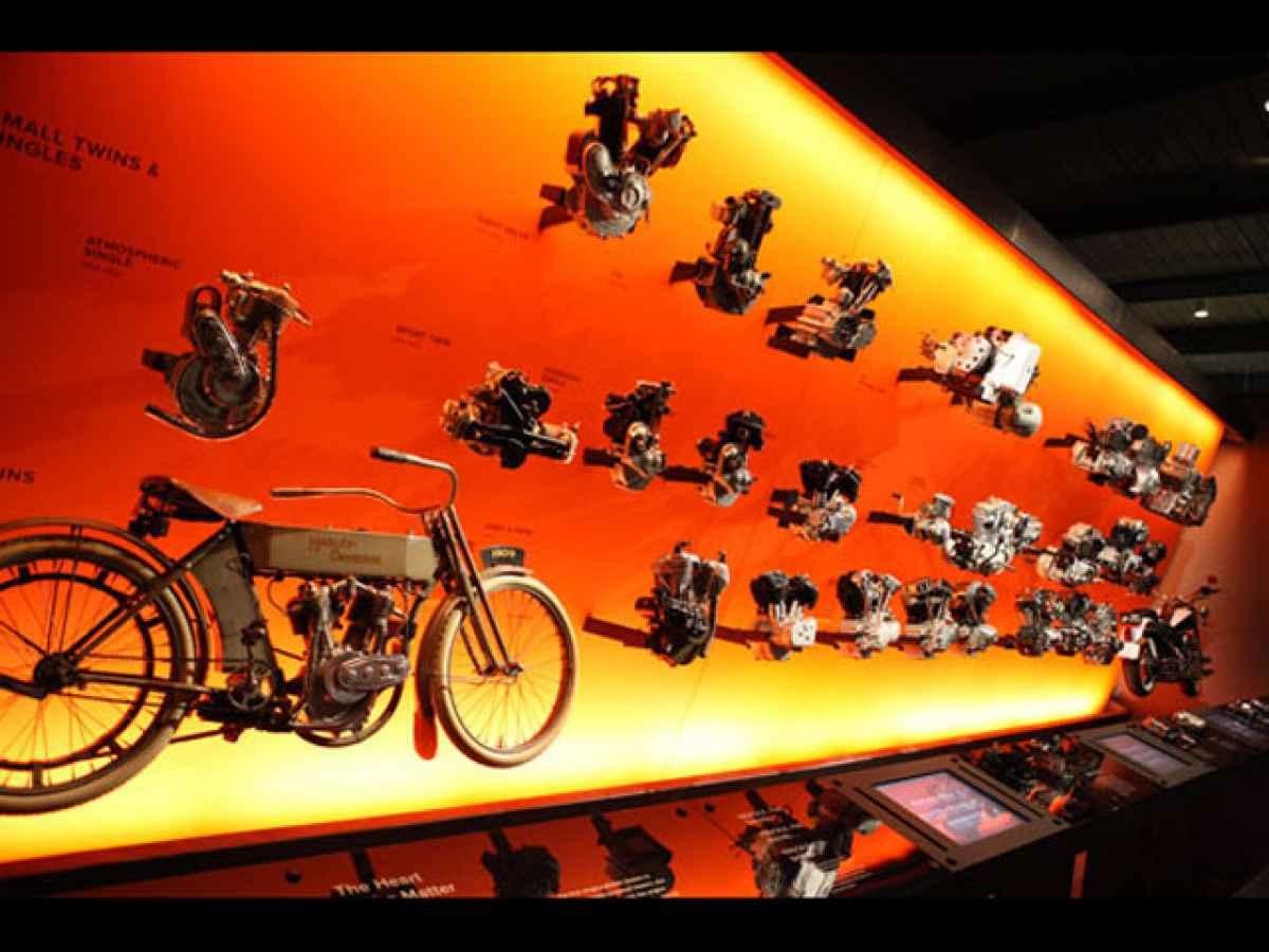 122_0807_01_z+harley_davidson_museum_milwaukee+engine_wall